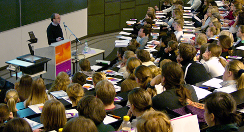 Studierende während einer Vorlesung im Audimax der CAU Kiel